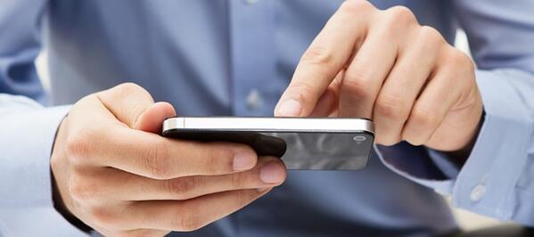 Por que contratar um seguro de vida - homem usando um celular